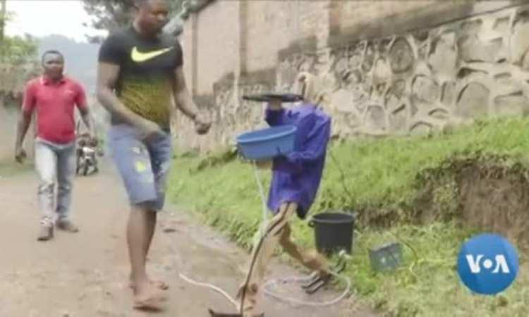 Bilenge misato bakeli robinet ya mayi basimbaka te mpo na komibatela na Ebola