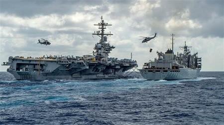 Le porte-avions américain, USS Abraham Lincoln stoppé par l'armée iranienne en mer d'Oman