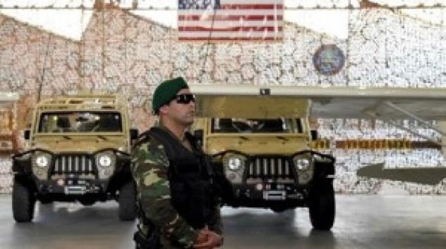 Un membre des unités spéciales de l'armée tunisienne se tient devant l'équipement militaire offert à la Tunisie par les États-Unis, le 12 mai 2016, Tunis. ©AFP