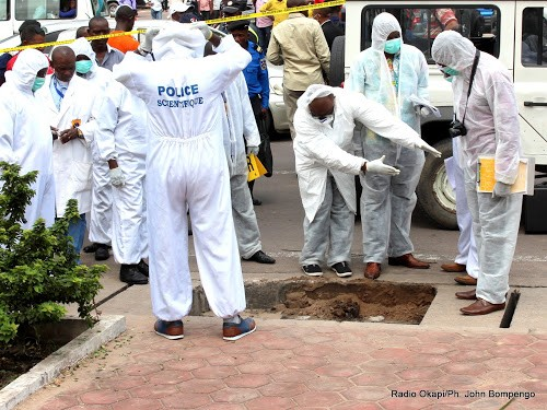 La police scientifique congolaise procède aux investigations autour d'un corps sans vie trouvé dans un caniveau le long du boulevard du 30 juin à Kinshasa, le 5/01/2016. Radio Okapi/Ph. John Bompengo