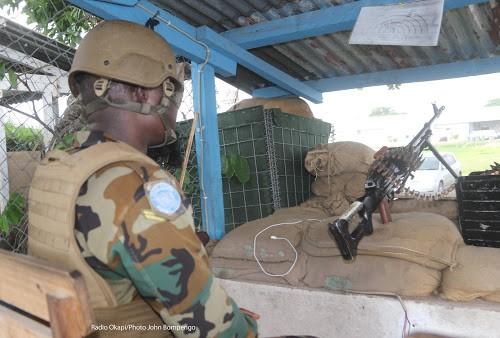 Un casque bleu de l'ONU monte la garde à l'entrée principale de l'une des installations de la MONUSCO à Kinshasa, le 16/11/2018. Radio Okapi/Photo John Bompengo