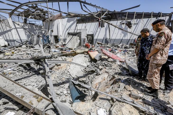 responsables militaires inspectent centre migrants Tajoura Tripoli bombarde 0 729 486 - Libye: carnage dans un centre pour migrants, pas de condamnation unanime du Conseil de sécurité