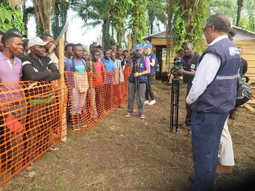 Le directeur de l'OMS, le Dr Tedros Adhanom Ghebreyesus adresse un message d'espoir à la population de Mangina résidant près de l'hôpital dans le contexte de l'épidémie de la maladie à virus Ebola (11 août 2018). Photo MONUSCO/Alain Coulibaly