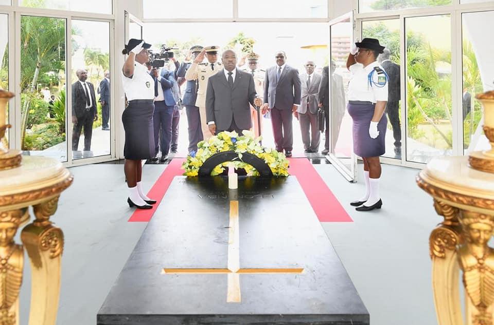 INDEPENDANCE DU GABON AN 59 : Ali BONGO ONDIBA, DEPOT D'UNE GERBE DE FLEURS AU MAUSOLÉE LEON MBA