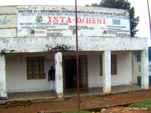 Un homme en train de consulter l'horaire des cours devant le bâtiment administratif de l'Institut supérieur des techniques appliquées (ISTA) à Beni (Nord-Kivu), 13/11/2016. Ph. Radio Okapi/Freddy Lufulwabo