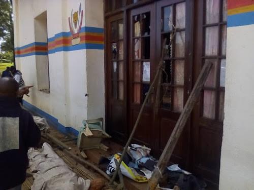 Des manifestants qui protestaient contre les tueries de Beni ont déposé un corps sans vie devant la mairie. Radio Okapi/Ph. Martial Papy Mukeba.