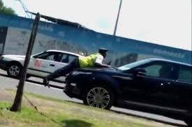 L'incivisme contre un agent de police gabonais trimbalé sur le capot d'un taxi