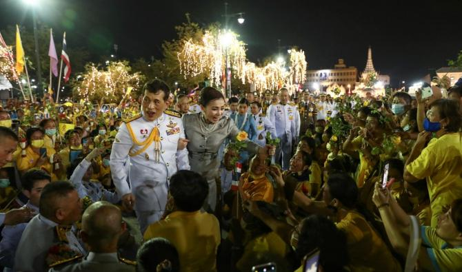 Le roi Maha Vajiralongkorn et la reine Suthida de Thailande accueillent les partisans a lexterieur du Grand Palais de Bangkok. AFP - Thaïlande: après la contestation des étudiants, démonstration de force des royalistes