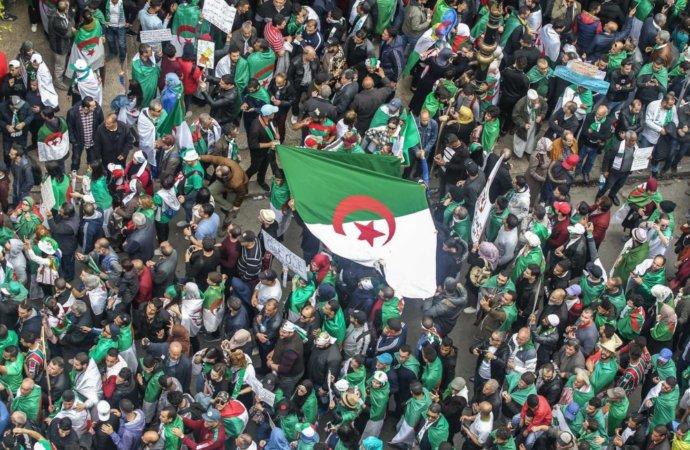 Le président algérien libère des détenus du Hirak et appelle à des élections
