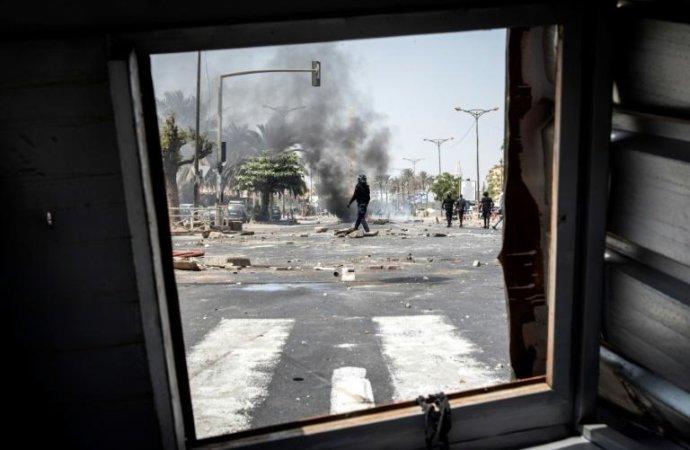 Sénégal: un mort, des médias suspendus et d'autres attaqués après l'arrestation d'un opposant