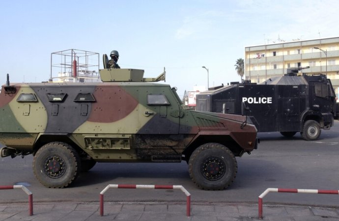 Un juge relâche l'opposant Sonko, Dakar sous la protection des blindés de l'armée