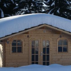 Blockbohlenhaus im Schnee