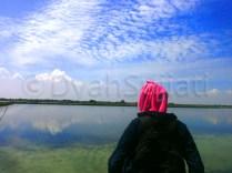 menatap langit biru