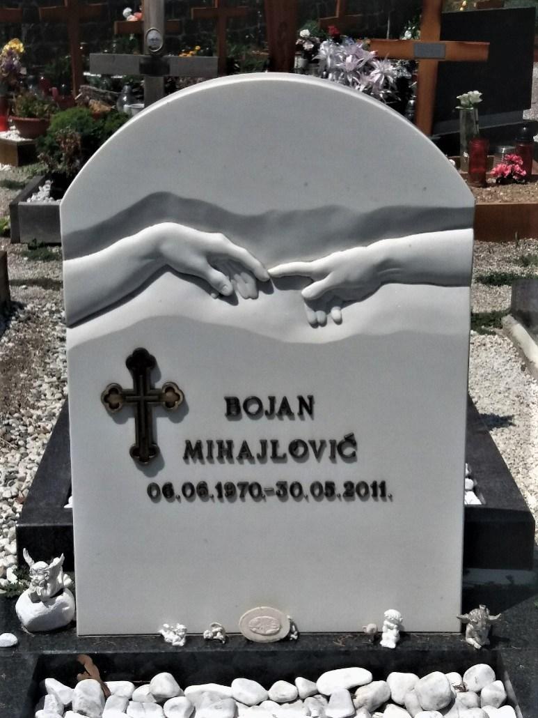 headstone of touching fingers Pokopališče Piran Cemetery