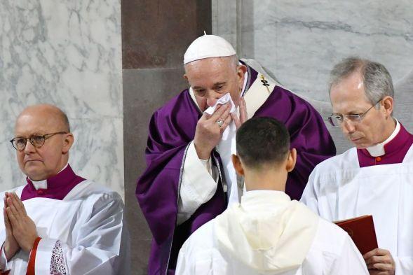 教皇フランシスは、2020年2月26日のローマのサンタサビーナ教会での灰の水曜日のミサで鼻を拭きます。