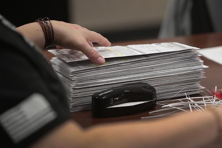 เจ้าหน้าที่การเลือกตั้งเริ่มนับบัตรลงคะแนนที่ไม่มาที่ศาลากลางในวันที่ 3 พฤศจิกายน 2020 ในเมืองเบลัวต์รัฐวิสคอนซิน