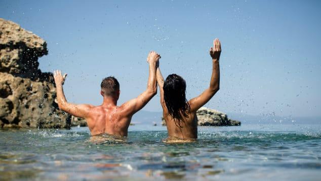 هناك المئات من الشواطئ في جميع أنحاء العالم حيث من القانوني أخذ حمام شمس و / أو السباحة عارياً.