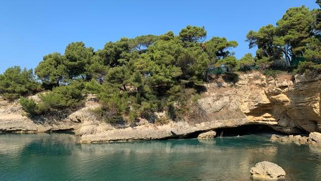 شاطئ السيدات في Ulcinj ، الجبل الأسود هو حصري للنساء.