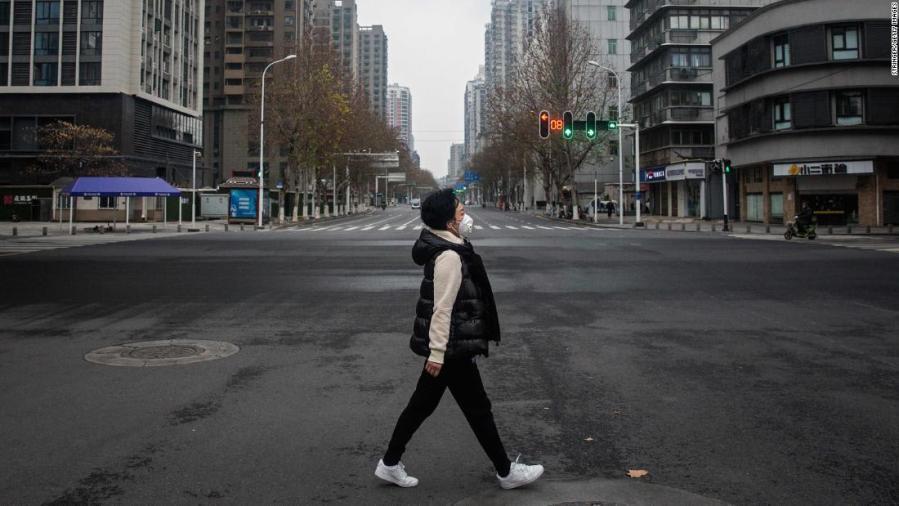 Nelle foto: l'epidemia di virus blocca le città cinesi