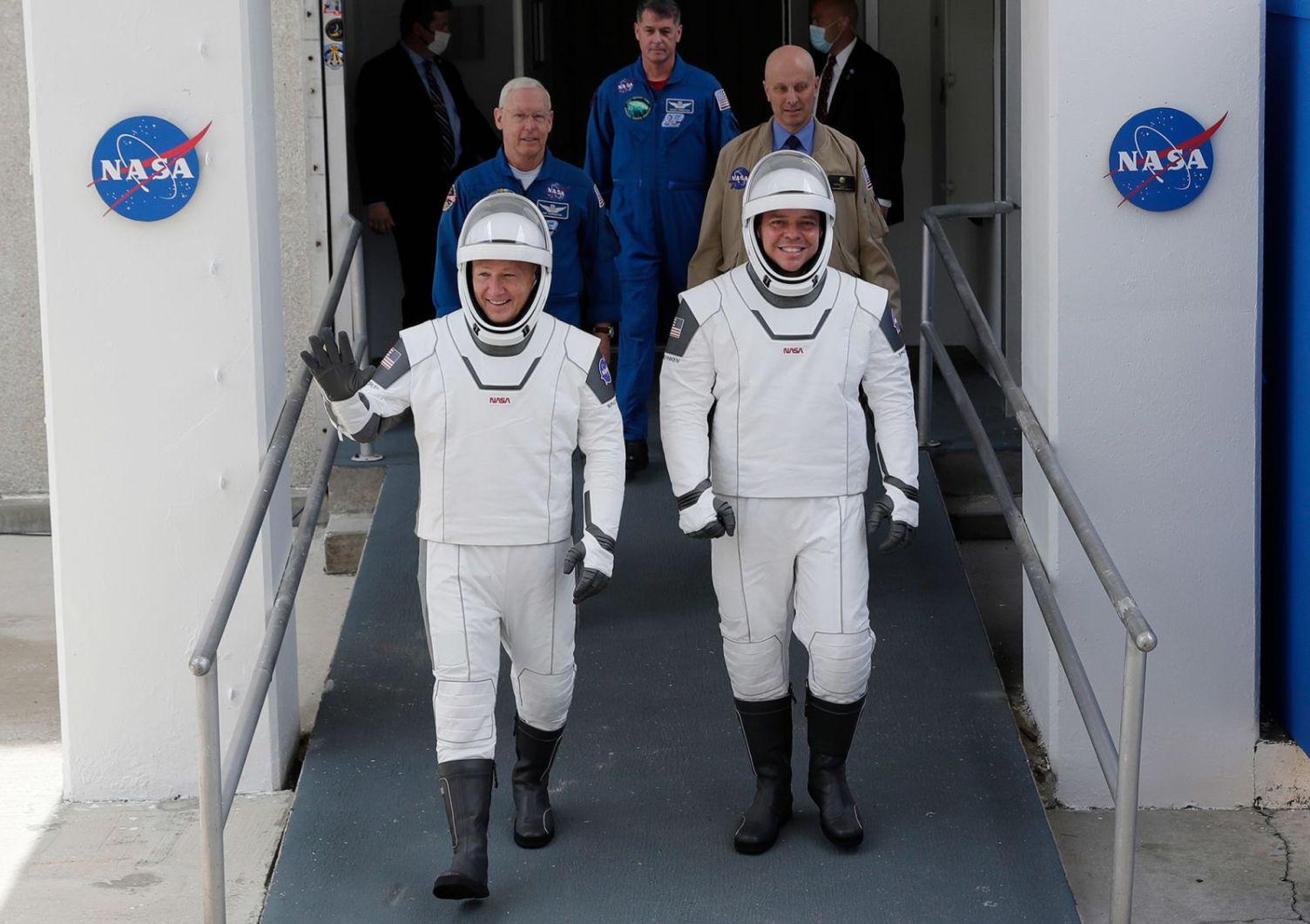 Doug Hurley e Bob Behnken escono dal Neil Armstrong Operations and Checkout Building presso il Kennedy Space Center