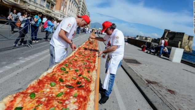 Neapolitan pizza: always delicious no matter the size.