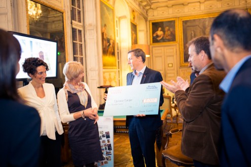 DE receives the check from Vincent Sourdaine : Director Europe Neuromodulation.