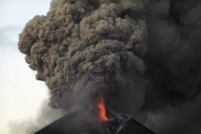 Una de las fuertes explosiones del volcán Momotombo se produjo a tempranas horas de la mañana de ayer. La lluvia de ceniza y arena caliente mantuvo en alerta a las comunidades cercanas. LA PRENSA/E. LÓPEZ