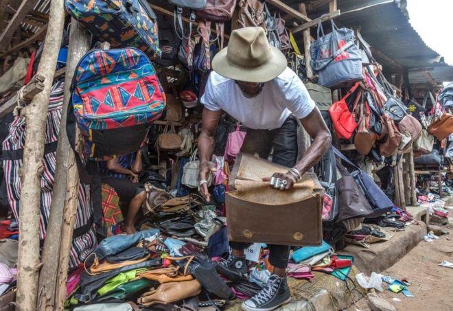 DZALEU.com: African Lifestyle Magazine – Mode vintage: La friperie en Afrique (Marché Lomé, Togo)
