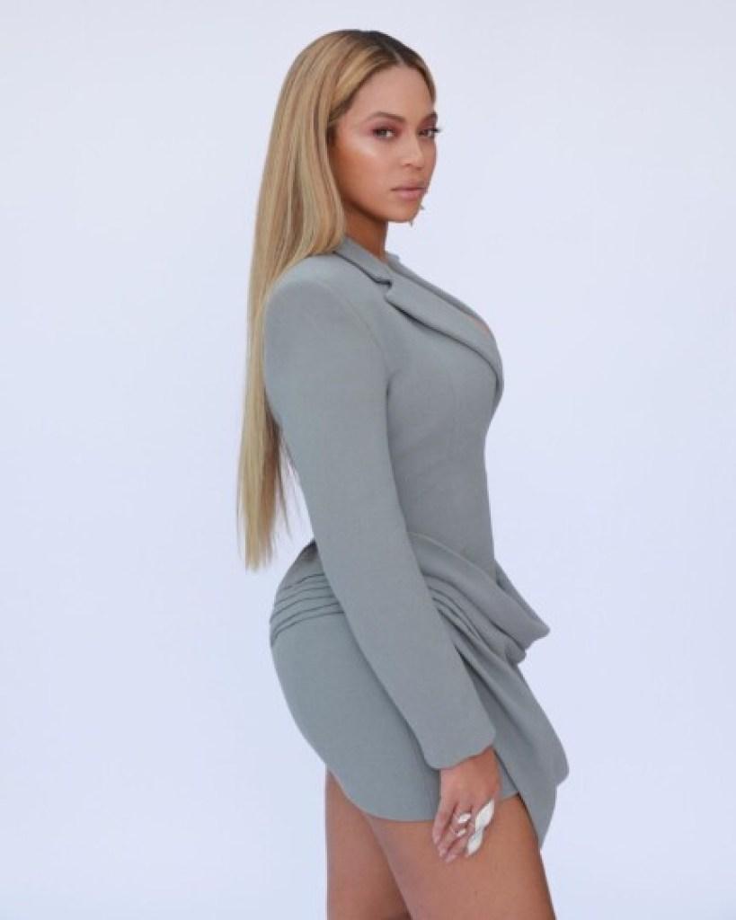 Beyoncé en robe gris perle