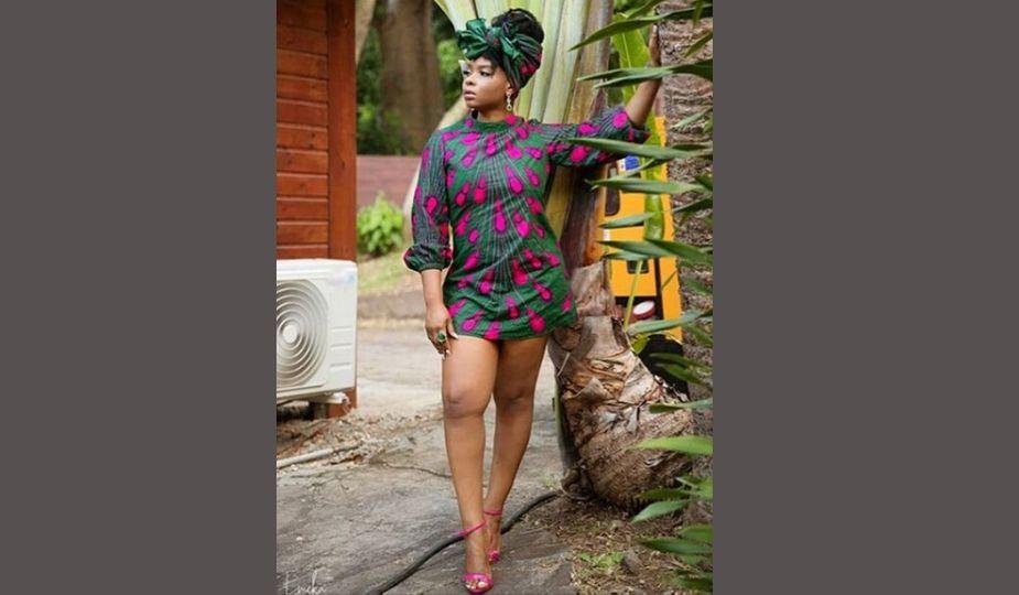 Yemi Alade en mini-robe pagne