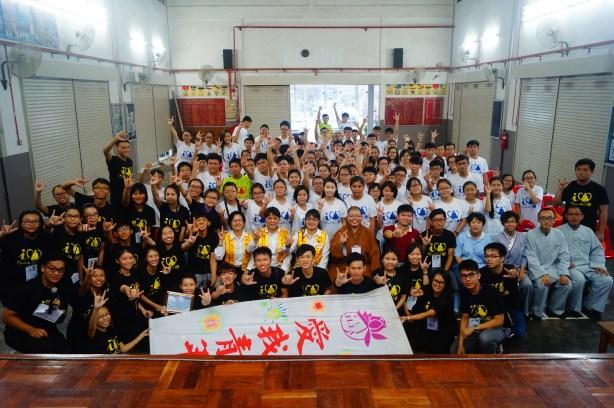 如音法師帶領同學與麻坡「愛我青年」全體營員大合照