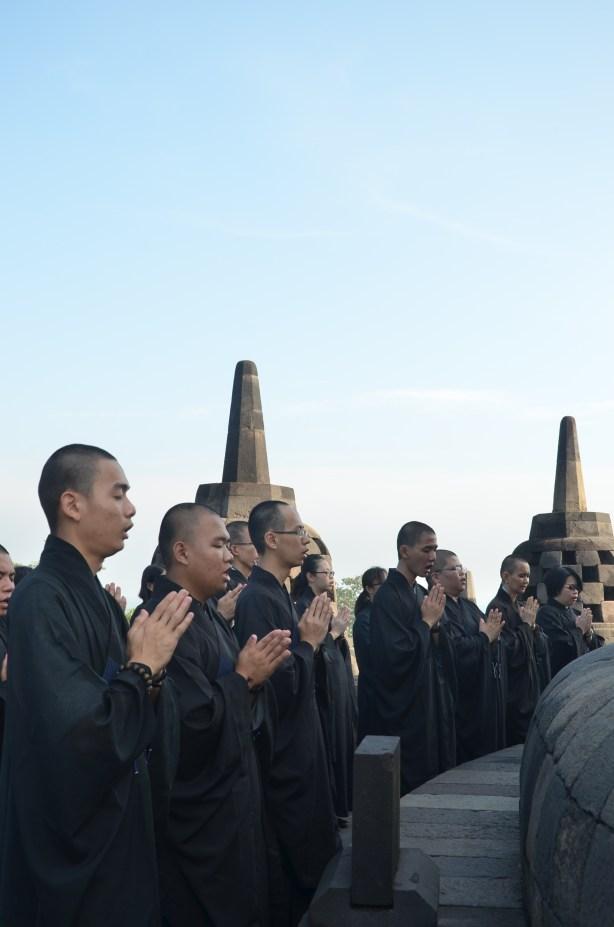 妙豪法師和如音法師帶領同學們於婆羅浮屠繞塔三匝後誦經回向。