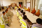 同學們抵達新馬寺,院長覺誠法師向同學們述說新馬寺緣起并開示
