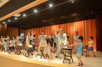 同學們與福國寺兒童鼓樂隊切磋鼓藝