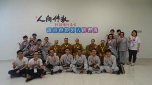 同學們與新馬寺當家滿慧法師及職事法師、學長們合影。