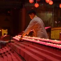 佛學院學生支援大雄寶殿點燈區