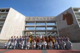 開學典禮後,全體與會貴賓於新馬寺大門口合影.