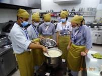東禪佛學院學生學習烹飪菲律賓著名甜點。