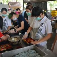 周日班同學們在準備供僧食物