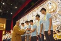 馬來西亞佛光青年團執行長如音法師暨營長,頒發結營證書予二十位營員代表。