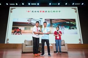 榮獲2015年大馬十大傑出青年曾志龍講師頒紀念品給營員。