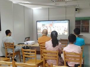 明吉法師參觀教育館,同學們介紹佛學院短片
