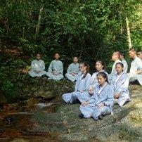 佛学院同学在升旗山溪水边禅修,体会大自然的宁静