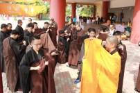 引禮法師教三皈五戒者練習搭縵衣