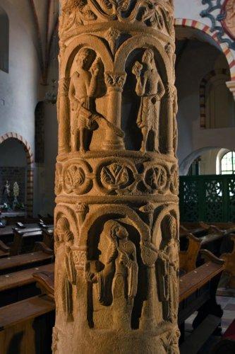 kolumny romańskie - alegorie cnót - w kościele Norbertanek w Strzelnie