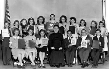 Uczniowie szkoły św. Jakuba z nauczycielem ks. Edwardem Przybylskim, prezntują wypracowania z wizyty w MPA. Chicago, 1943 fot. archiwum MPA