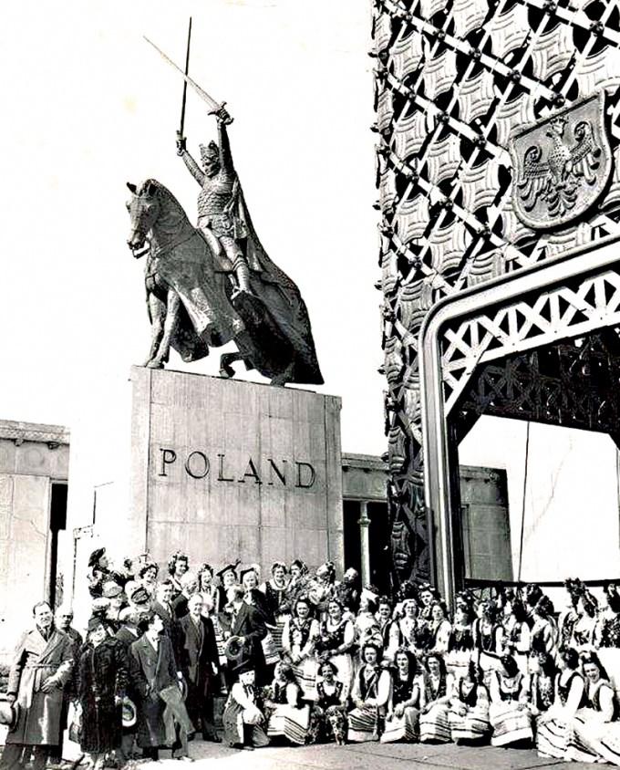 Dzięki staraniom The King Jagiello Monument Committee pomnik oficjalnie odsłonięto 15 lipca 1945 r. w Central Park w Nowym Jorku, gdzie można go podziwiać do dziś