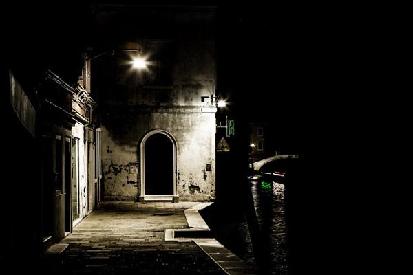 walking-in-the-venice-dark-03