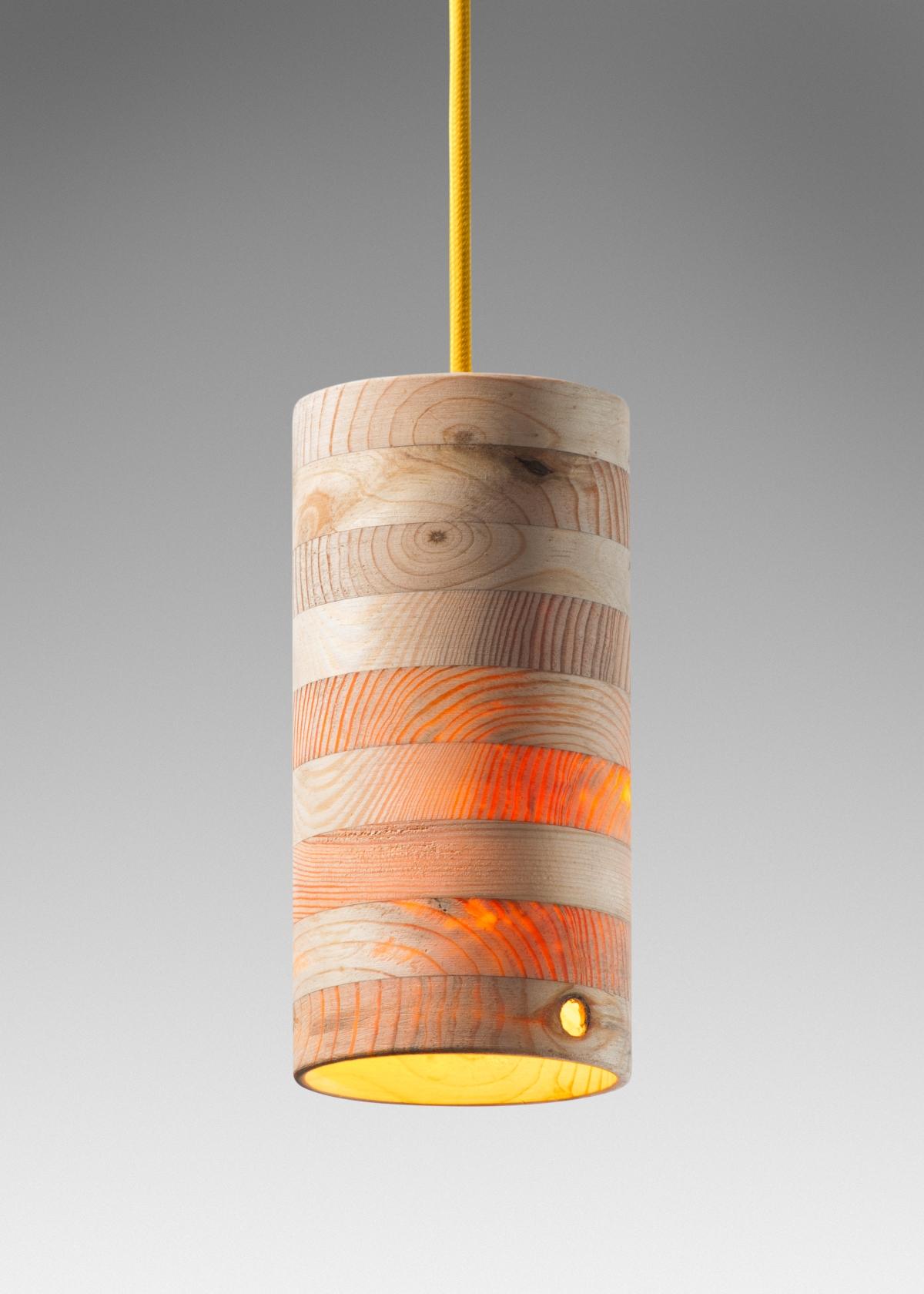 灯的设计使温暖的光线穿过木头。