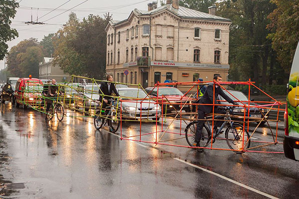 cyclists-car-frame-latvia-riga-02
